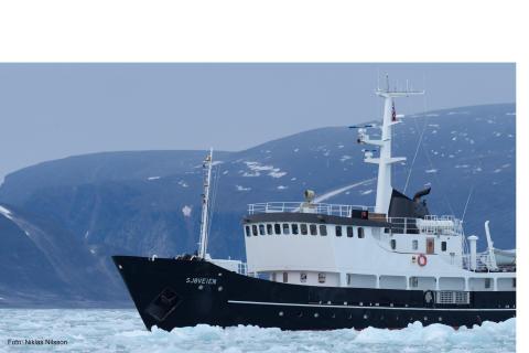 M/S Sjöveien tar sig fram genom isen.