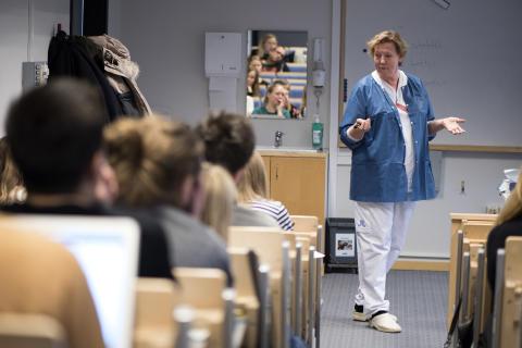 ST-läkare på kurs om den multisjuka patienten. Lärare under den här lektionen var läkaren Charlotta Lind.
