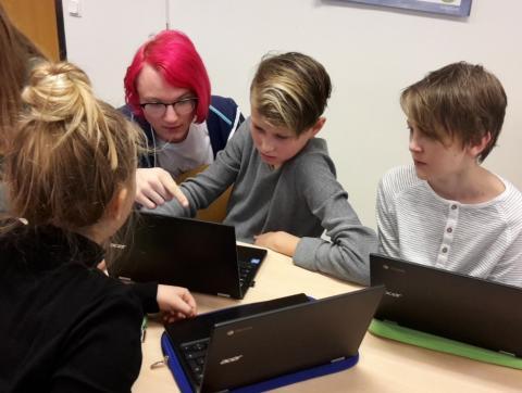 Gymnasieelever lär sjätteklassare att programmera