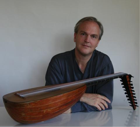 Lutenisten Jakob Lindberg spelar musik av Bach på Skånelaholms slott
