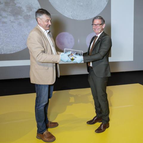 Stas Barabash, föreståndare, Institutet för rymdfysik, räcker över ASAN till Peter Skogh, Museidirektör, Tekniska museet