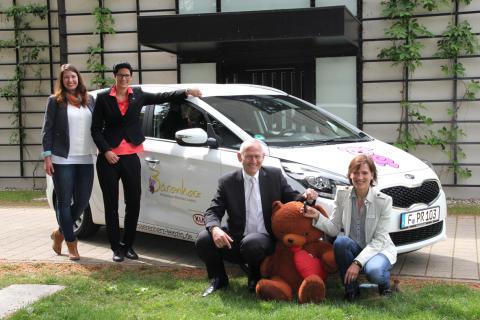 Schlüsselübergabe in Markkleeberg: Leipziger Kinderhospiz Bärenherz freut sich über neuen Kia Carens