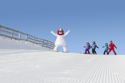 Snögubben Valle får barnfamiljer att boka skidresor i januari