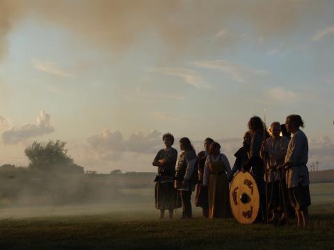 Stemningsfuldt billede af vikinger på Trelleborg