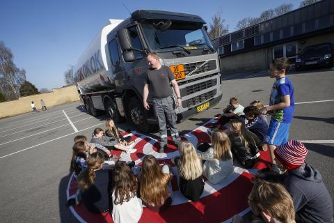 Tankvognschauffør underviser i sikker trafik