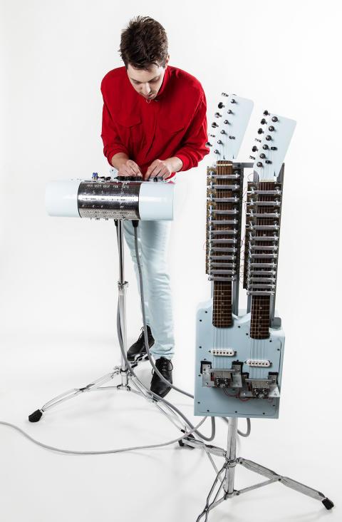Jonny Eriksson med Popmaskinen – ett hemmabyggt elektromekaniskt enmansband. Foto: Anna Gerdén