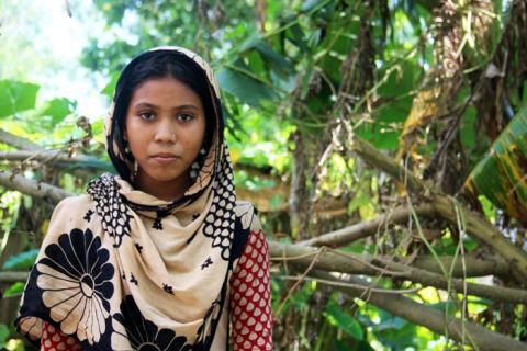 Trettonåriga Lipi har flytt från sitt hem i Bangladesh. Hon har inte gått i skolan på flera veckor och vet inte när hon kan återvända.