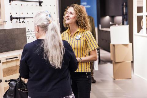 IKEA kök medarbetare visar ytan för co-creation