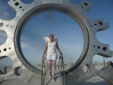 Johanna går genom porten till playan