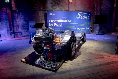 Ford julkistaa Euroopan myydyimmän hyötyajoneuvomallistonsa sähköistetyn ja liitettävämmän tulevaisuuden Go Further -tapahtumassa