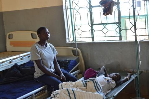 Ett barn behandlas mot kolera på Macalber Distric Hospital in Nyatike, Kenya. Foto: Wairimu Gitau / Läkare Utan Gränser.