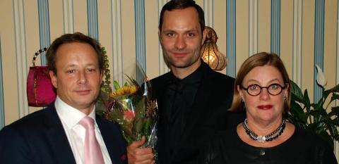 Lindy Larsson tillsammans med hotelldirektör och juryordförande
