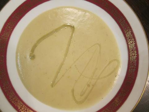 Potatis- och rotsellerisoppa med tryffelolja