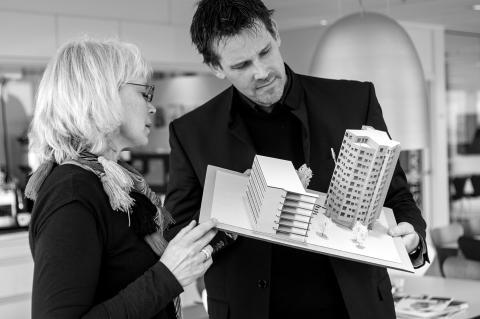 Mattias Hedberg Ek och Ewa Jeppsson i samspråk om modellen av Helsingkrona nation