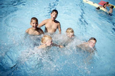 Barn i badbassäng. Foto: smalandsbilder.se