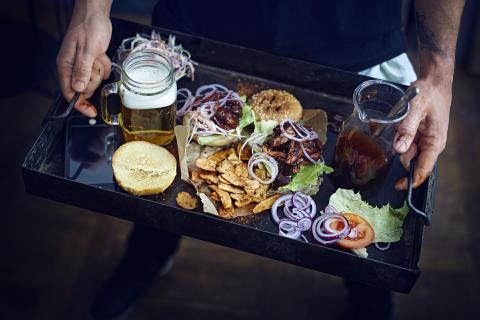 Pulled Oumph Burger with Beer