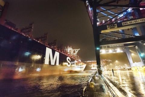 Världens största fartyg vid kaj i Göteborg