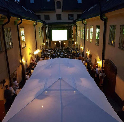 Restaurang Häktet visar herrfotbolls-VM på innergården