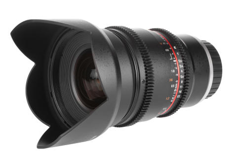 Samyang 16mm V-DSLR T2,2 snett framifrån med motljusskydd