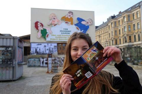 """Für das Titelfoto des Stadtführers """"Verborgenes Leipzig"""" wurde die im Volksmund als """"Löffelfamilie"""" bekannte Leuchtreklame des ehemaligen VEB Feinkost Leipzig (Karl-Liebknecht-Straße 36) ausgewählt"""