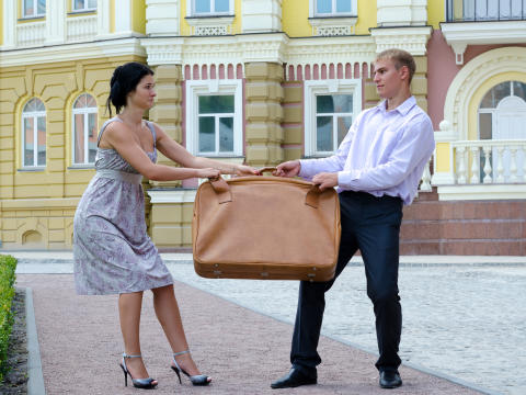 Bild på par med väska