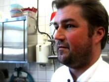 Christian Hellberg presenterar havskräftor med färskpotatis