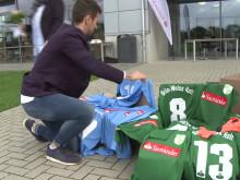 Borussia-Profi Raffael übergibt Santander-Trikotsätze an Jugendvereine