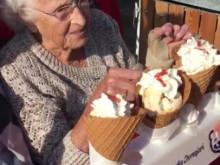 """Her er videoen med """"isdamen"""" og de skønne ældre beboere fra Langagergård plejecenter"""