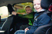 Barn lever farligt i bilens baksäte