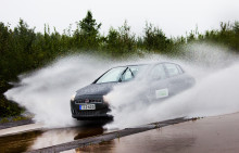 Sommerdekk utviklet for norske forhold   er det sikreste valget: Friksjonsdekk farlige på sommerføre