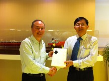 Capt. Chan Kok Leong of GBLT Shipmanagement wins an iPad 2 at SmartShipping 2011