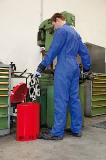 Säker förvaring av brandfarligt avfall i säkerhetssoptunna från DENIOS