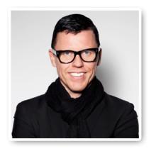 """Vår vän Bingo Rimér laddar inför TV-programmet """"Ballar av stål"""" med en klinikblekning på Corinne & Friends i Stockholm."""