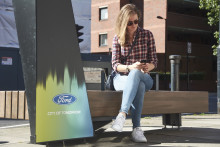 Smarte Parkbänke von Ford mit Lademöglichkeit und Wi-Fi