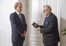 Presidentti Martti Ahtisaarelle luovutettiin hänen nimikkorahansa