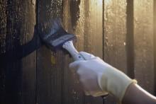 Fyra av tio svenska villaägare planerar att måla om sin träfasad - färgexpertens tips för hur du undviker fallgroparna