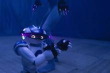 Dansant robot i duett med Ludvig Daae