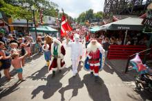 Julemænd i hedebølge på Bakken og Bellevue - se billederne