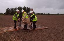 Regn och blåst stoppade inte de första spadtagen för bygget av 34 nya radhus