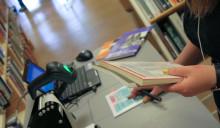 Nu chippas böckerna på Karlshamns Stadsbibliotek