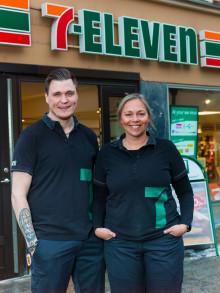 Sveriges bästa 7-Elevenhandlare 2018 är Madelene Wessman Lundholm & Tobias Nelson som driver 7-Eleven på Drottning Kristinas väg i Stockholm.
