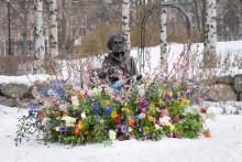 Kvinnliga statyer blommar ut på Internationella Kvinnodagen