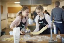 Lad børnene lave maden, mens du arbejder på hjemmekontoret