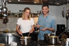 Moderator Jochen Schropp und Schauspielerin Simone Hanselmann kochen für Kinder