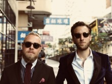Nyt rejseprogram med Peter og Esben: I Kina går det godt