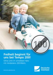 """Deutsche Glasfaser: Plakatmotiv """"Tempo 200 - Enkel und Oma"""""""