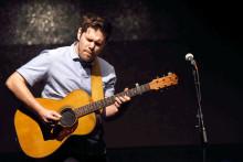 Gitarristen Emil Ernebro möter unga musiker i Kungsbacka