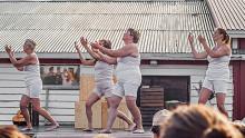 Dunkers dansar och ler