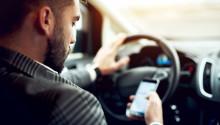 Olagligt att hålla i mobil eller liknande när du kör