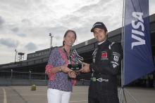 Nelson Piquet Jr. gewinnt die Trophäe für die schnellste Runde beim Formel-E DHL Berlin ePrix